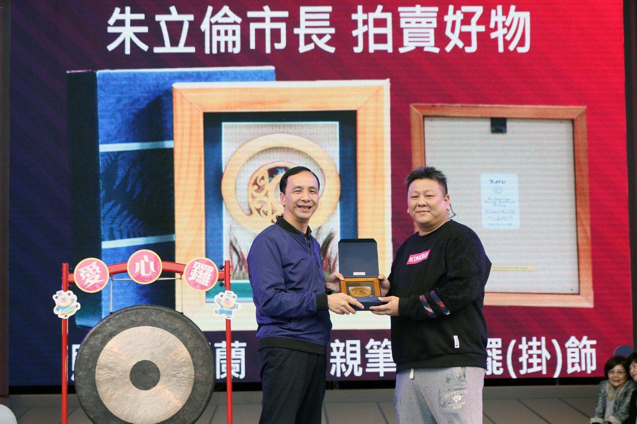新北市長朱立倫(左)拍賣珍藏在辦公室8年的擺飾,最終以3萬元賣出。記者王敏旭/攝...