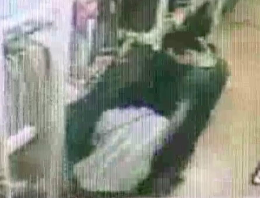 越南籍男竊賊在知名日系服裝店,用一件衣服擋住其他人視線,再由女竊賊蹲下將衣服塞入...