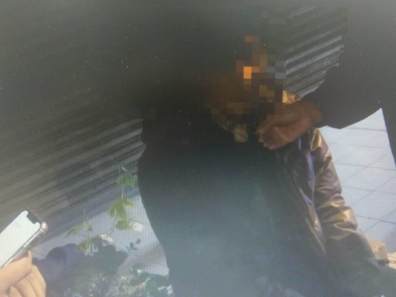 張姓嫌犯的項鍊是手銬鑰匙,警方發現後趕緊拆下。記者廖炳棋/翻攝