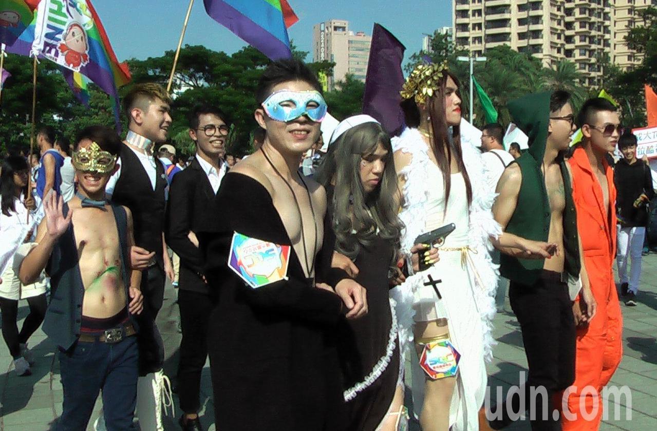 「第八屆高雄同志遊行」從文化中心圓形廣場開走。記者徐如宜/攝影