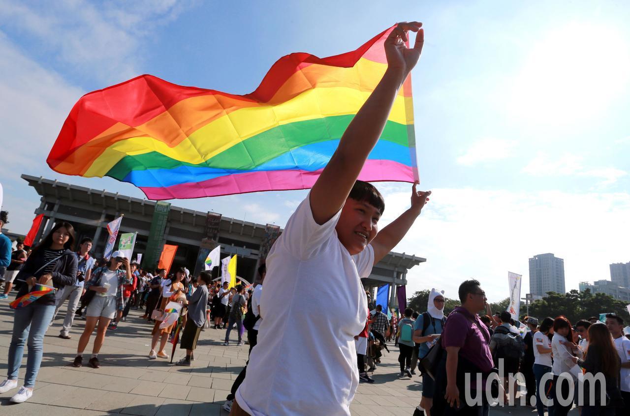 遊行民眾高舉彩虹旗。記者劉學聖/攝影