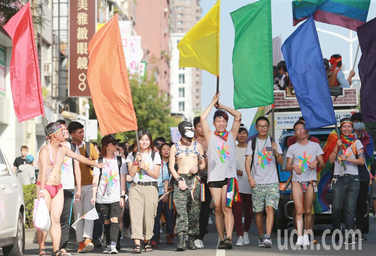 「第八屆高雄同志遊行」從文化中心圓形廣場開走。記者劉學聖/攝影