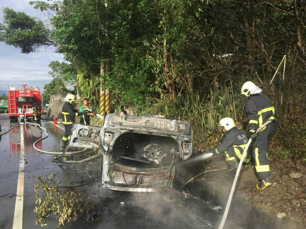 轎車自撞路旁駁坎起火,兩人送醫無大礙。圖/玉里義消分隊提供