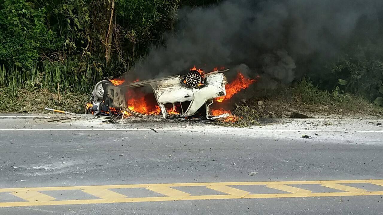 轎車自撞路旁導致火燒車,所幸駕駛乘客及時逃出。圖/玉里消防分隊提供