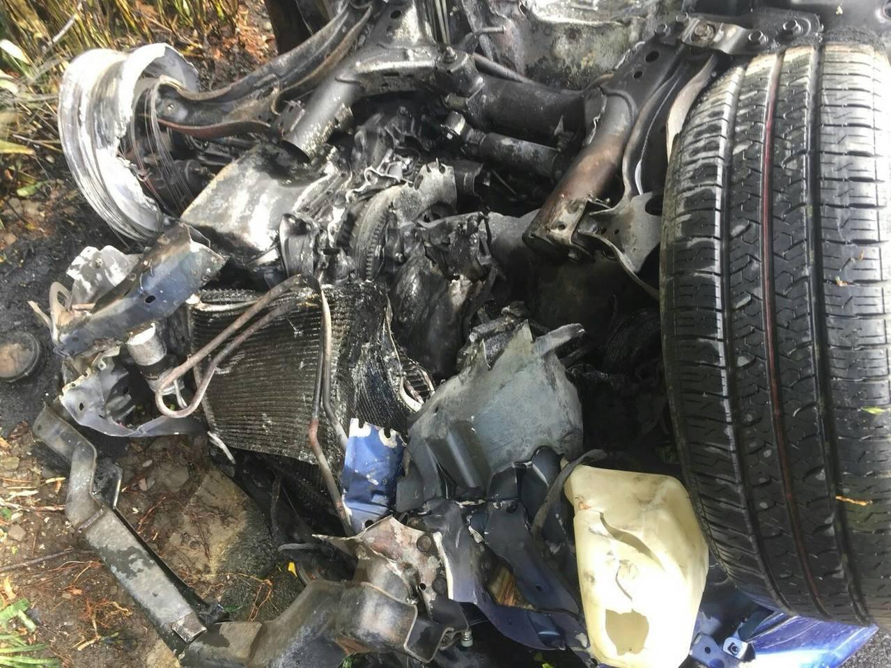 轎車撞駁坎翻覆起火面目全非。圖/玉里義消分隊提供