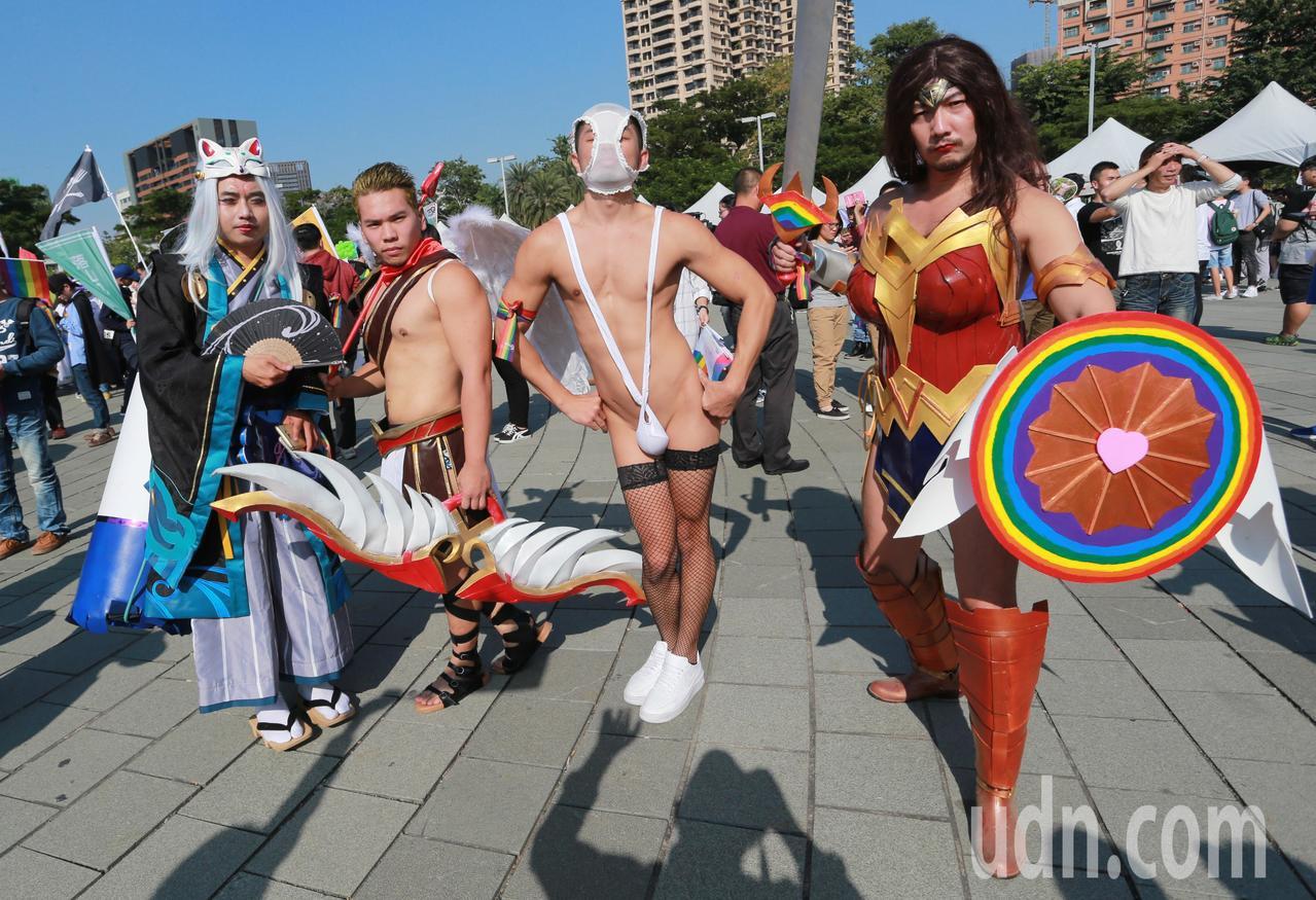 第八屆高雄同志遊行今天熱鬧登場,參與遊行的同志們都經過精心打扮,吸引許多目光。記...