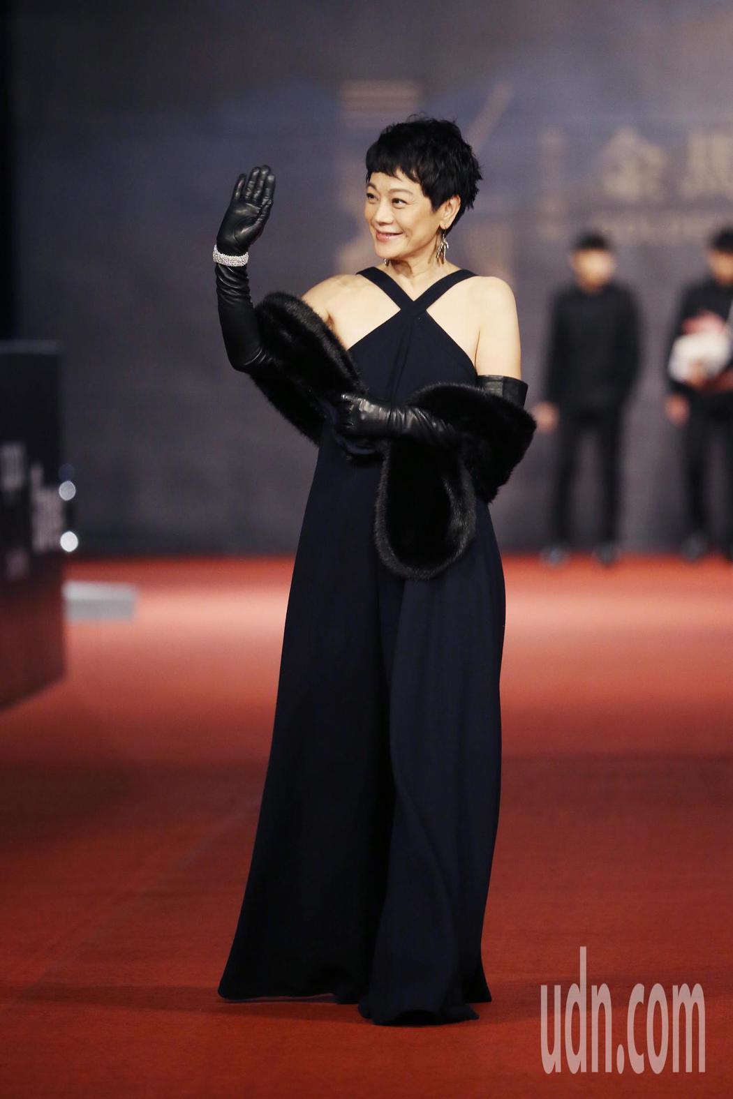 入圍第五十四屆金馬獎最佳女主角、導演、原著劇本的金馬執委會主席張艾嘉走紅毯。記者