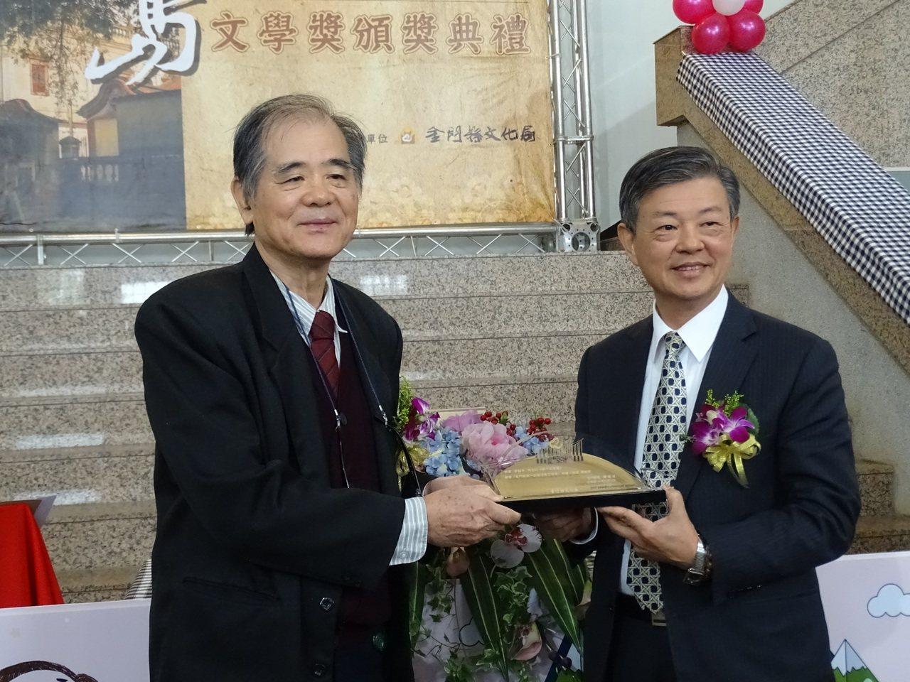今年 67歲的資深媒體人李福井以「蔣介石密碼」小說,勇奪20萬獎金,他以記者之眼...