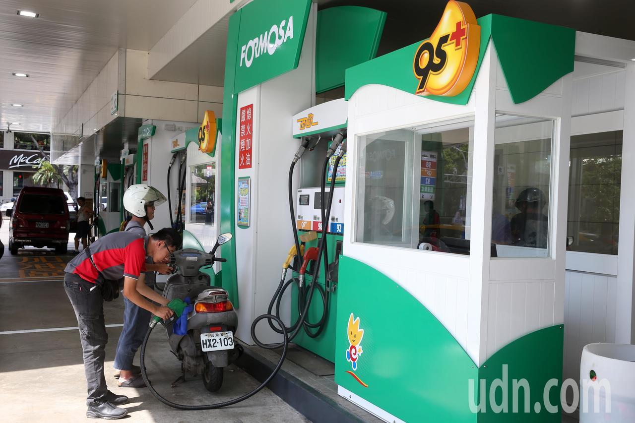 台塑石化宣布,27日凌晨1時開始調漲汽油批售價格每公升0.1元,柴油每公升0.1...