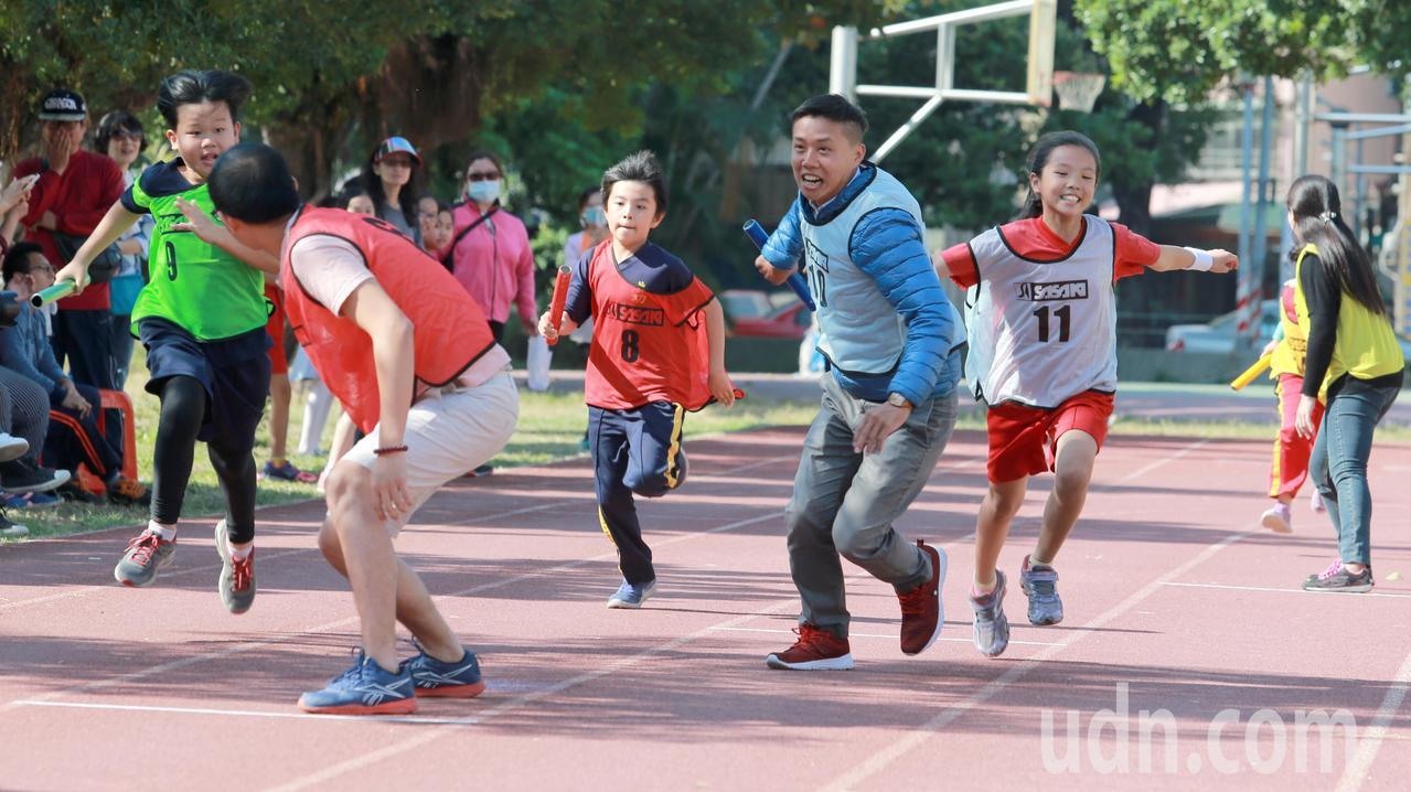 成功國小113校慶舉辦祖孫三代接力賽,由第一棒小朋友交給第二棒爸爸或媽媽,最後再...