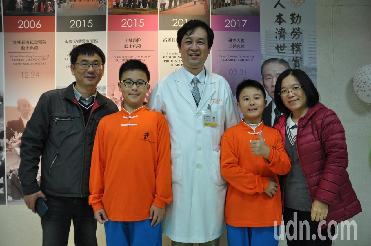 今天早產兒回娘家活動中,年紀最大的「早產兒」是12歲的雙胞胎兄弟洪晨昌(右2)、...