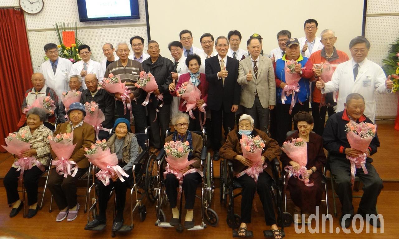 長期接受北港媽祖醫院照護的千歲團今天也為醫院慶生,場面溫馨。記者蔡維斌/攝影