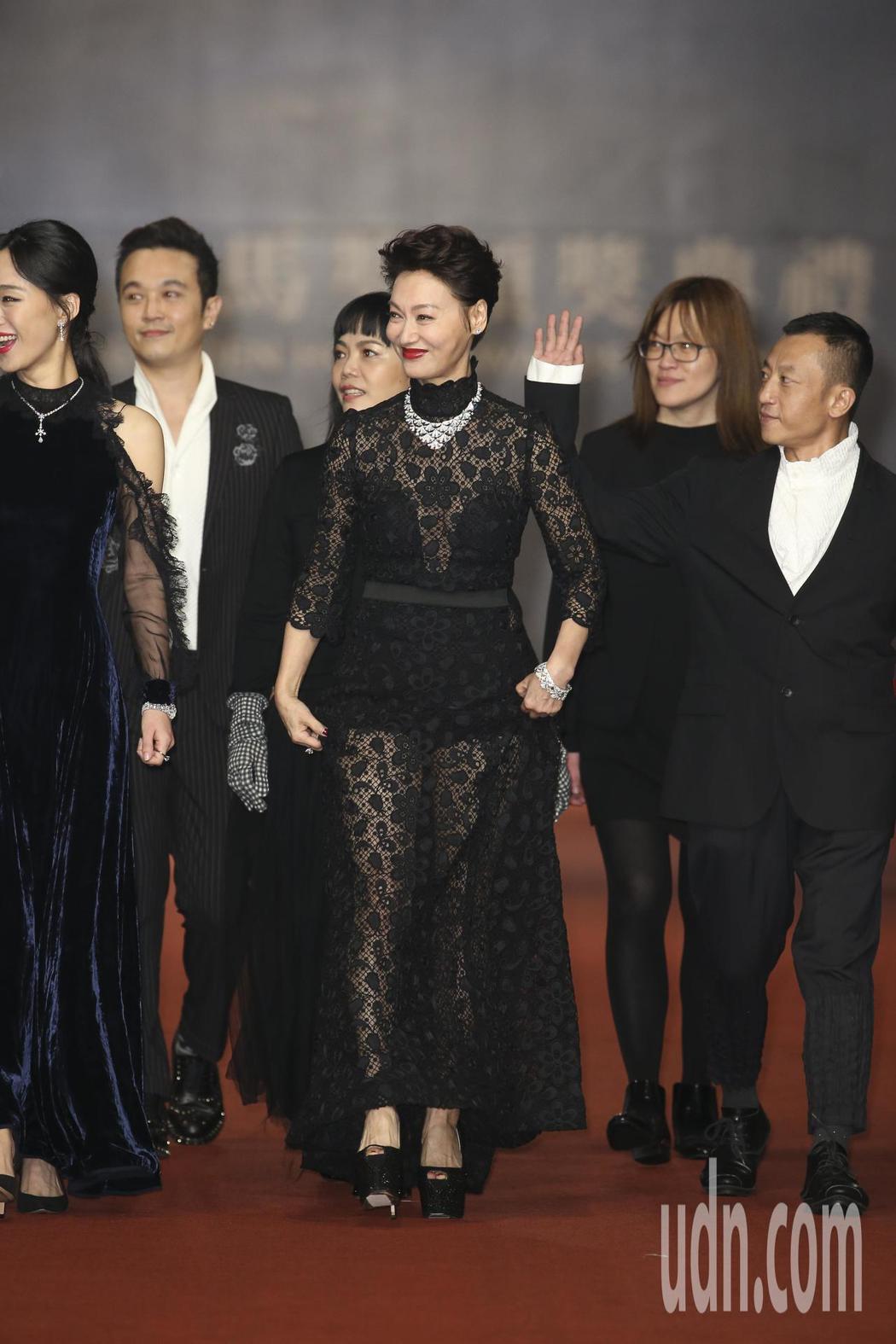入圍第五十四屆金馬獎最佳女主角獎的惠英紅走紅毯。記者陳立凱/攝影