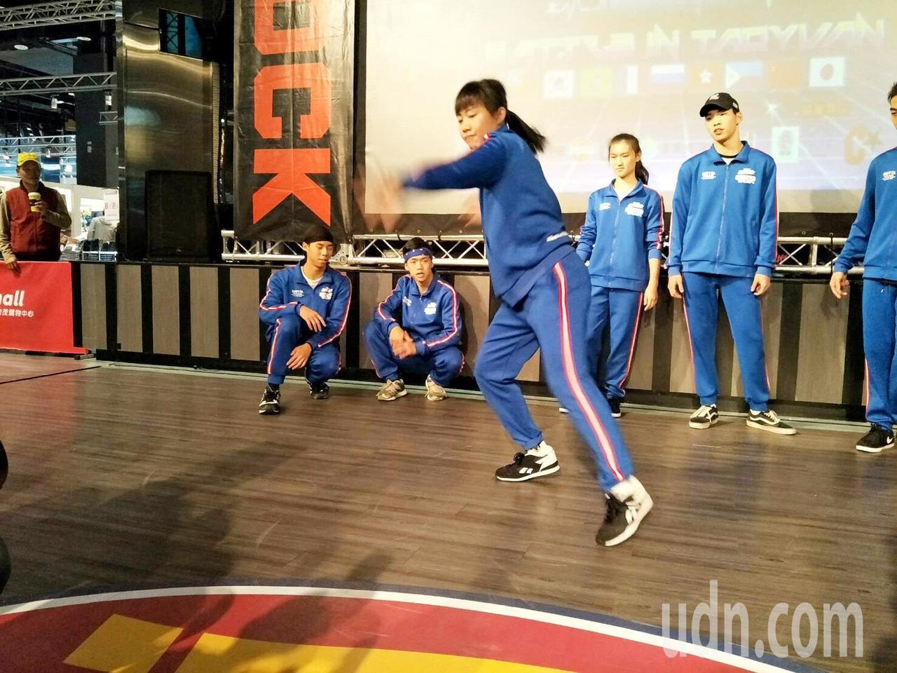 全台最大型BBOY國際街舞大賽展開,喜愛BBOY街舞的年輕學生也下場表演尬舞。記...