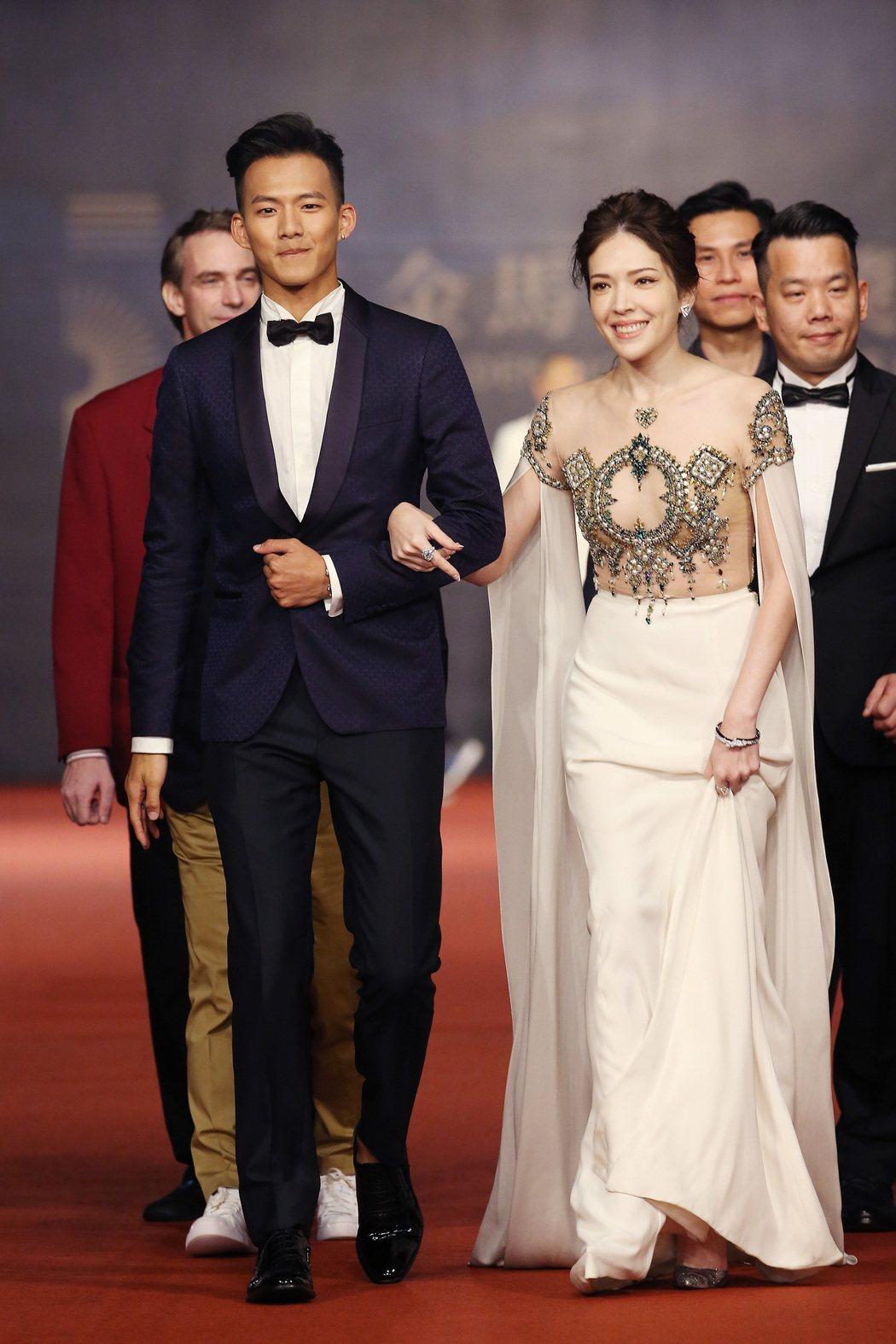 入圍第五十四屆金馬獎最佳女配角獎的許瑋甯(右)、最佳新演員獎的吳念軒走紅毯。記者...