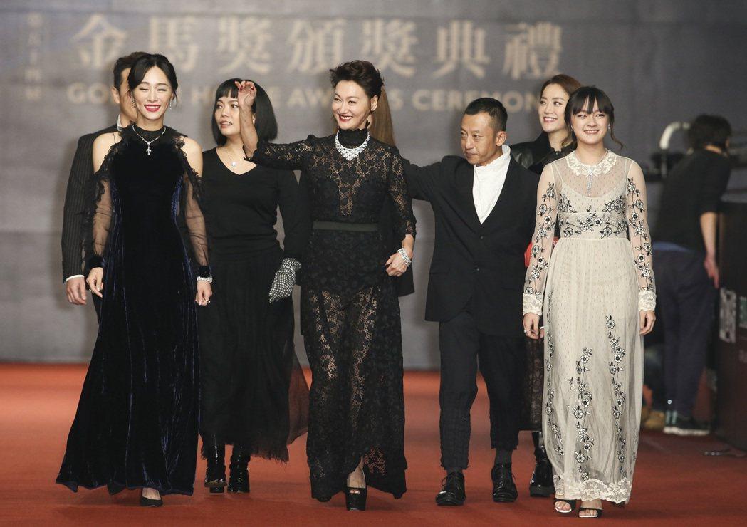 入圍第五十四屆金馬獎最佳女主角獎的惠英紅(中)、最佳女配角獎的文淇(右)走紅毯。...