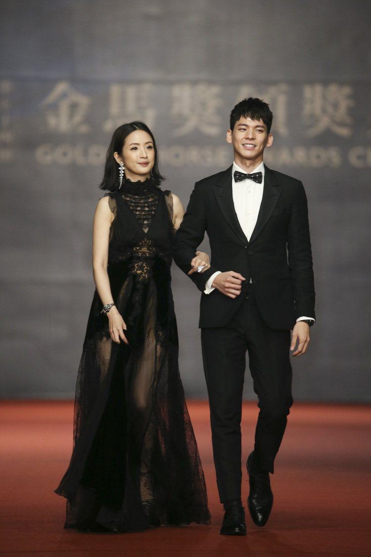 第五十四屆金馬獎頒獎嘉賓林依晨(左)、林柏宏(右)走紅毯。圖/記者陳立凱攝影