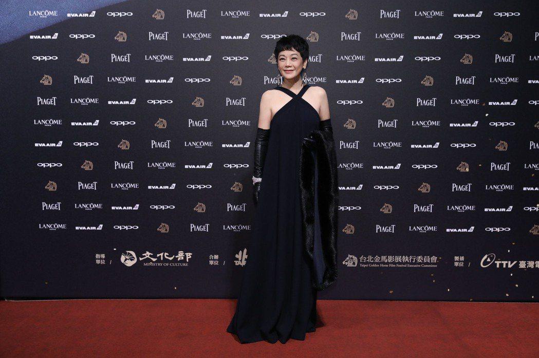 張艾嘉今晚第一次紅毯以金馬獎主席身份開場穿著黑色的Dior削肩禮服。圖/伯爵提供