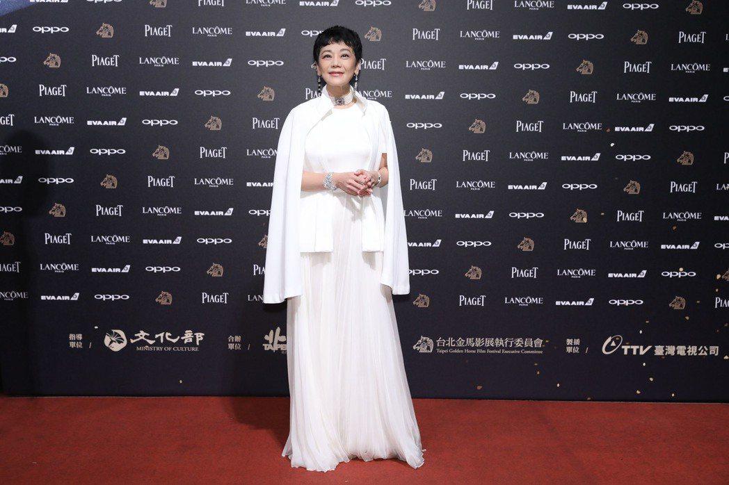 張艾嘉今晚第二次以《相愛相親》導演的身份走紅毯,換穿全白的Alexander M