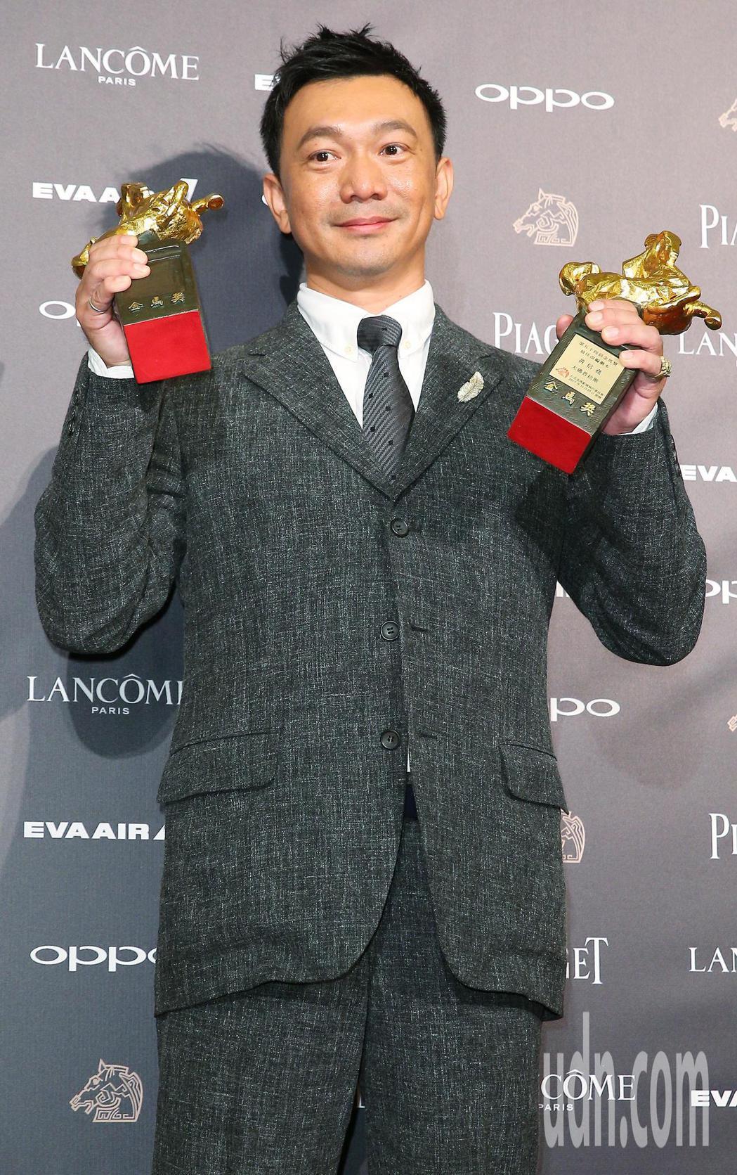 第五十四屆金馬獎,最佳改編劇本獎由《大佛普拉斯》黃信堯獲得,黃信堯拿著剛出爐的最