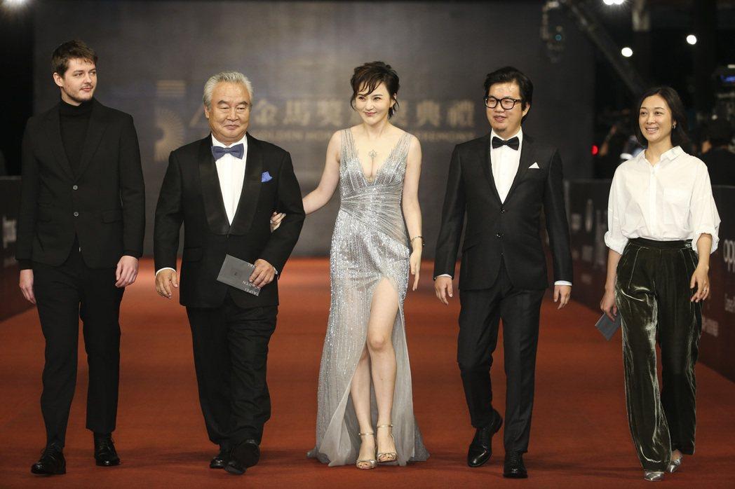 涂們(左二)走紅毯。記者陳立凱/攝影