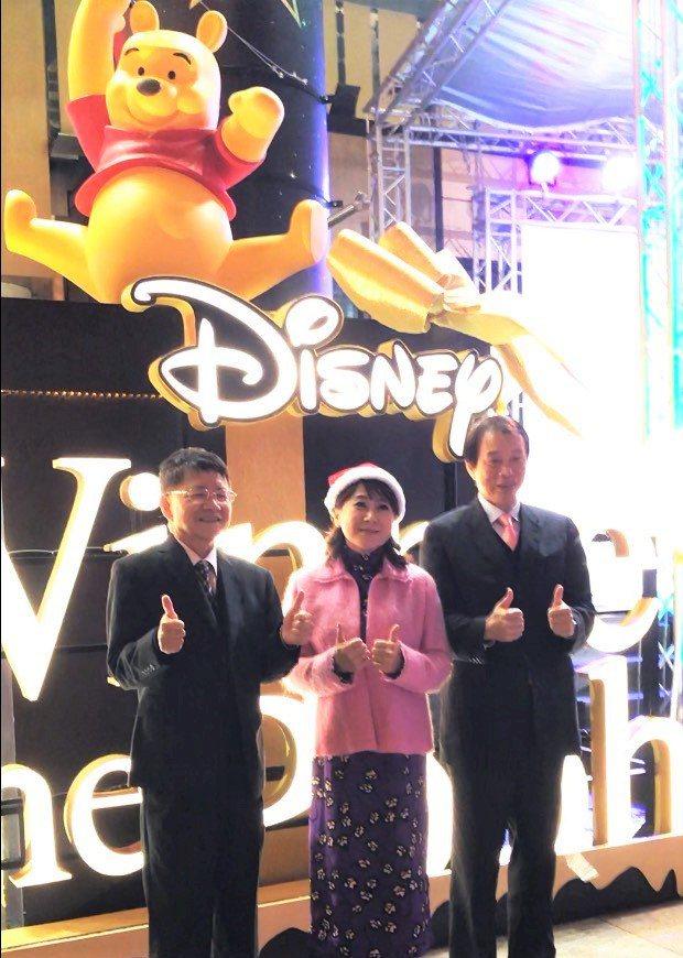 SOGO巨城店今(25)日晚間舉行「小熊維尼與好朋友聖誕裝置」點燈活動,邀民眾為...