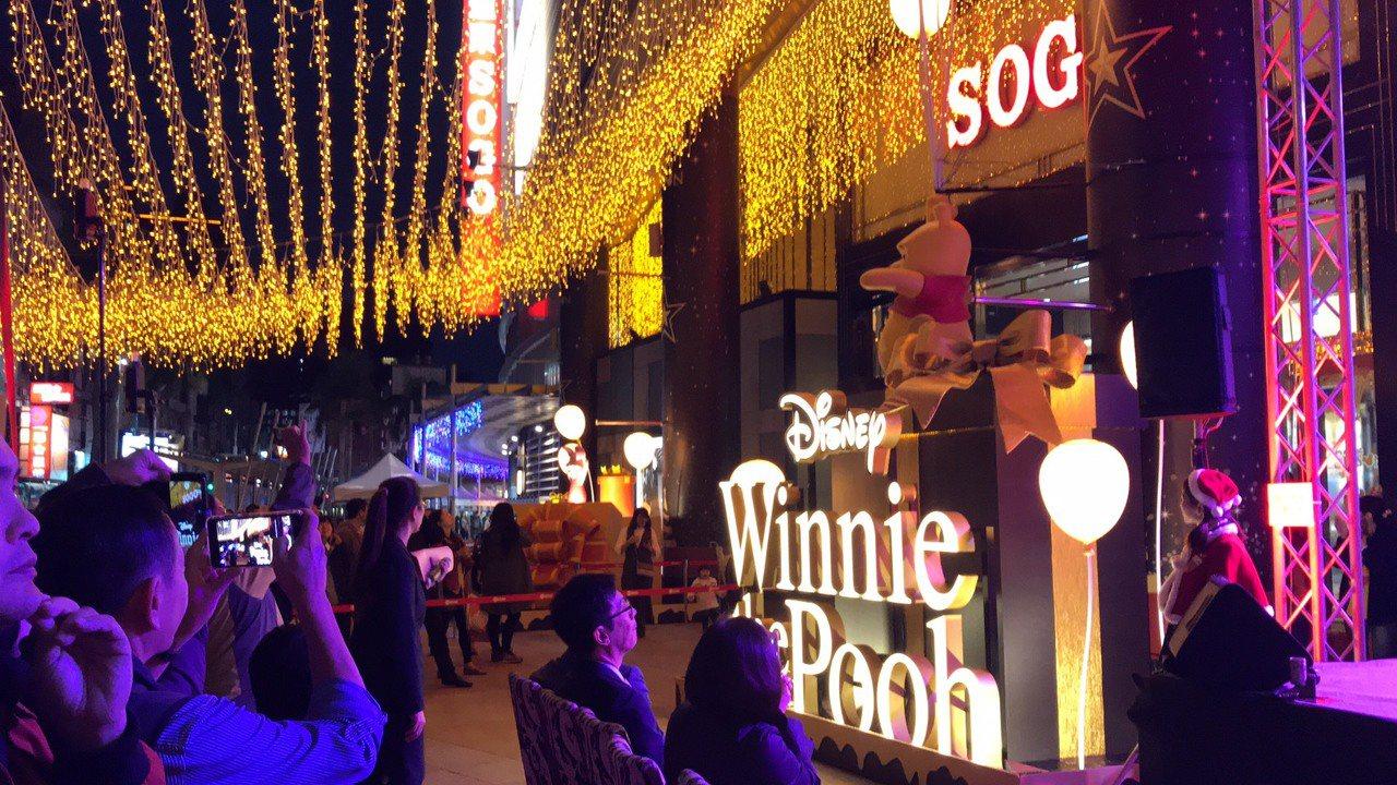 SOGO巨城店今(25)日晚間舉行「小熊維尼與好朋友聖誕裝置」點燈活動。記者李珣...
