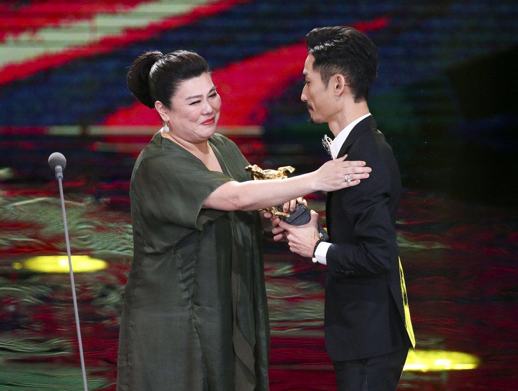 第五十四屆金馬獎最佳男配角獎,由《阿莉芙》陳竹昇獲得,陳竹昇(右)與林美秀(左)
