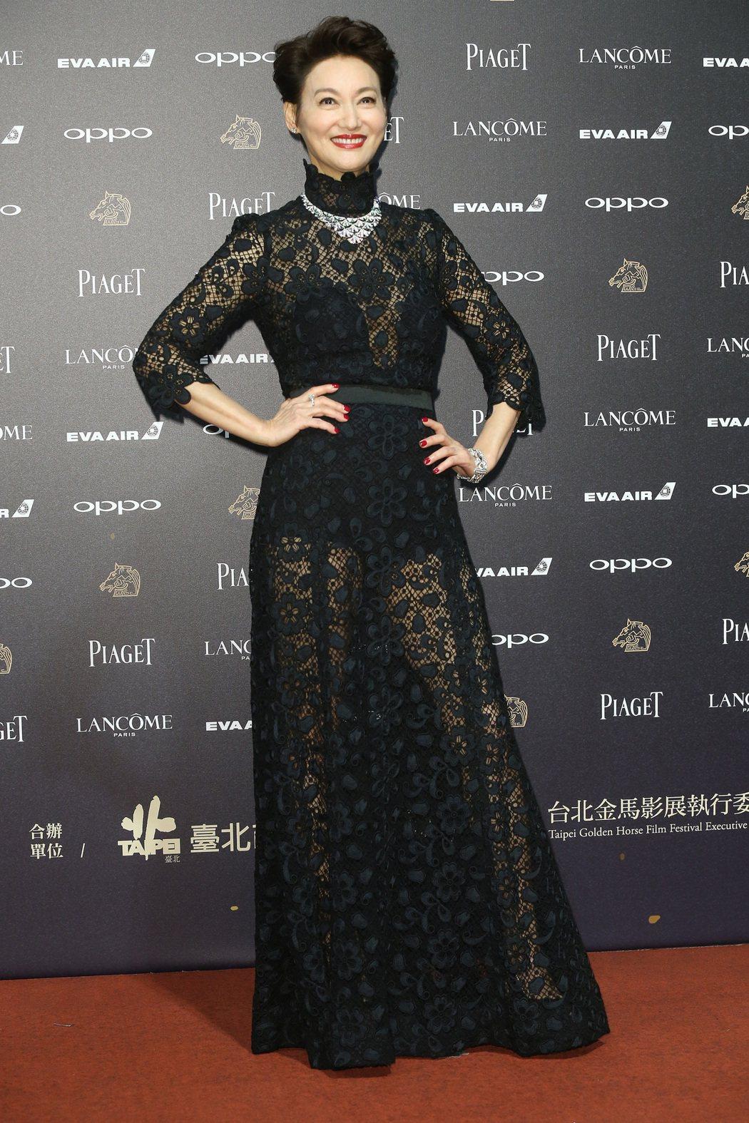 入圍第五十四屆金馬獎最佳女主角獎的惠英紅走紅毯。記者林俊良/攝影