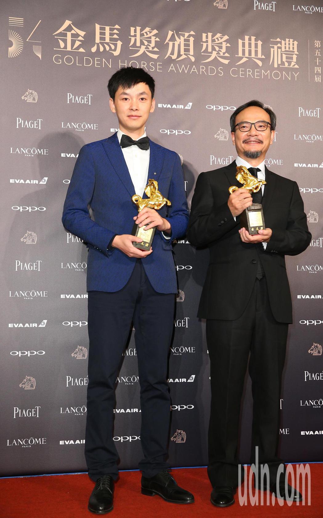 第54屆金馬獎,最佳動畫長片獎由大世界獲得,劉健(右)領獎,左為電影製片。記者陳...