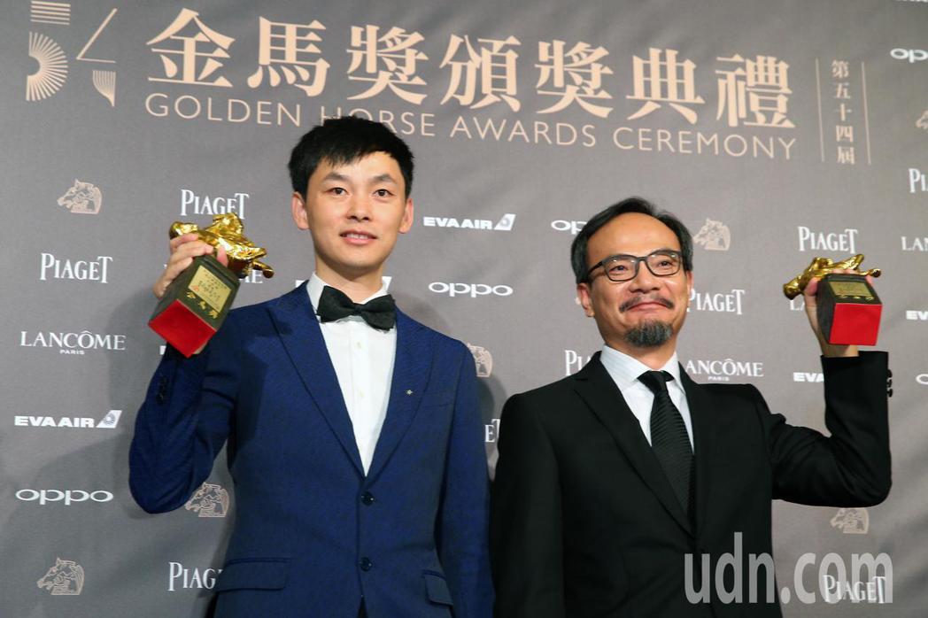 第54屆金馬獎,最佳動畫長片獎由「大世界」獲得,劉健(右)領獎,左為電影製片。記