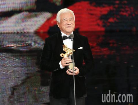 第五十四屆金馬獎頒獎嘉賓楊貴媚頒發年度台灣傑出電影工作者獎給胡定一。