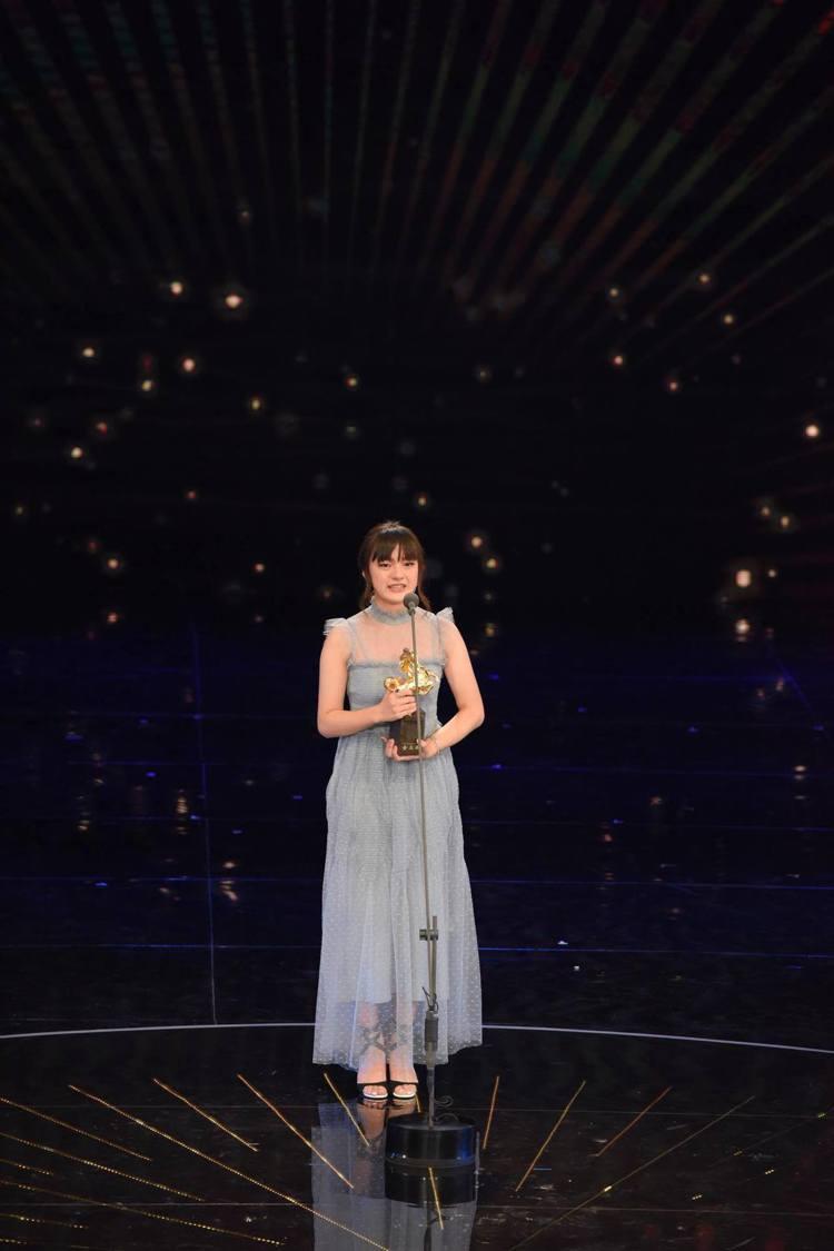 文淇穿REDValentino藍灰色波點蕾絲洋裝上台領第54屆金馬獎最佳女配角獎...