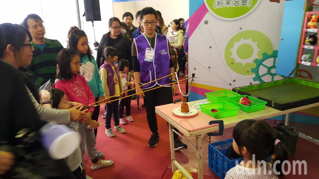 「苗創成果饗宴」展出縣內各式創新產業的成果,場內外還有遊戲互動區,吸引親子參加。...