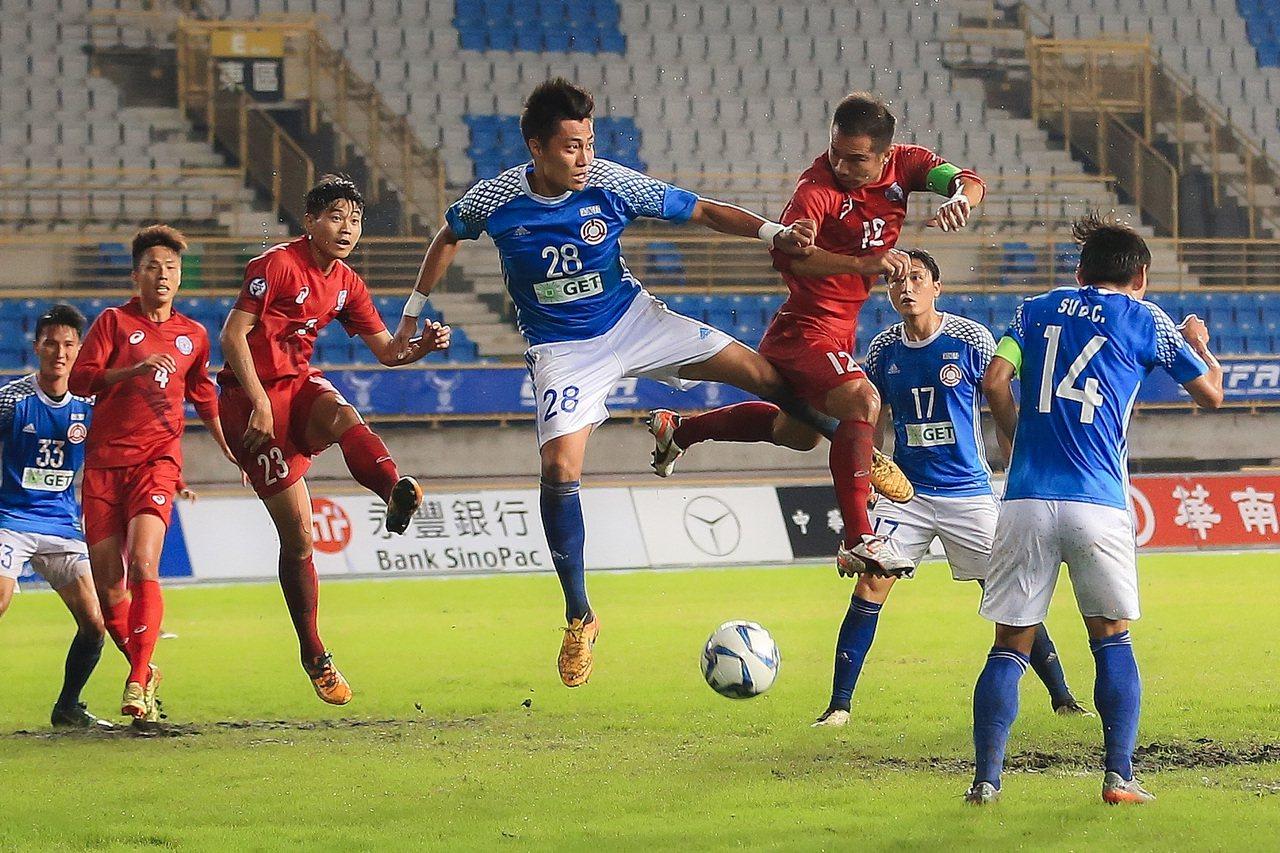 北市大同隊與高市台電隊爭奪台灣企業甲級足球聯賽冠軍。圖/中華足球協會提供
