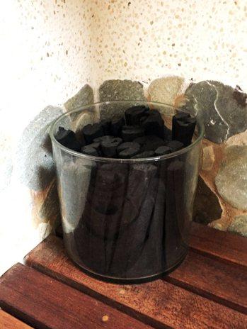 擺放一盆木炭在浴室裡,就是不插電的空氣濾淨機。 圖/朱慧芳