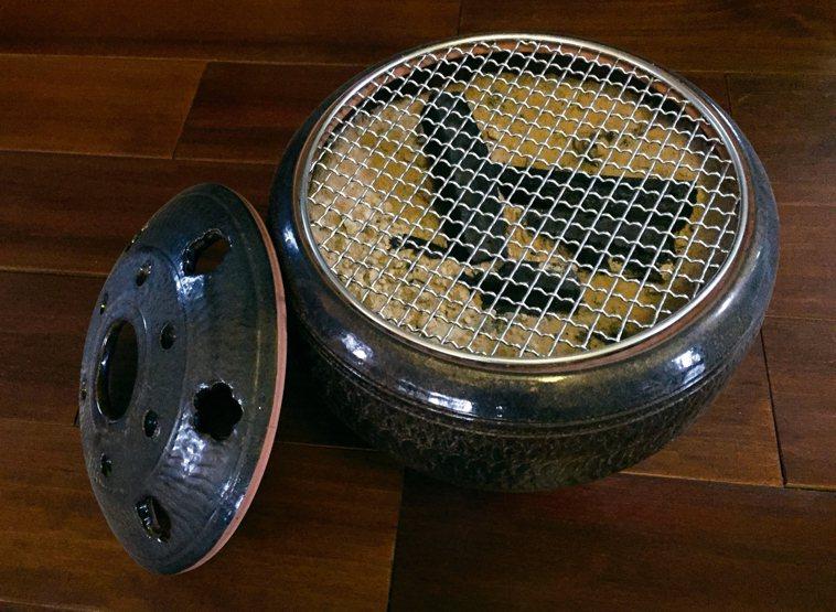 手拉胚陶燒的火盆,每年冬季多雨時最暢銷。 圖/朱慧芳