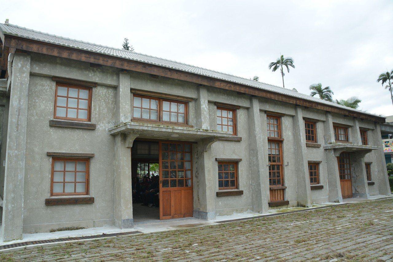 禮堂外牆以低壓噴砂方式去漆,保留早期粉刷師傅的工法。 記者徐庭揚/攝影