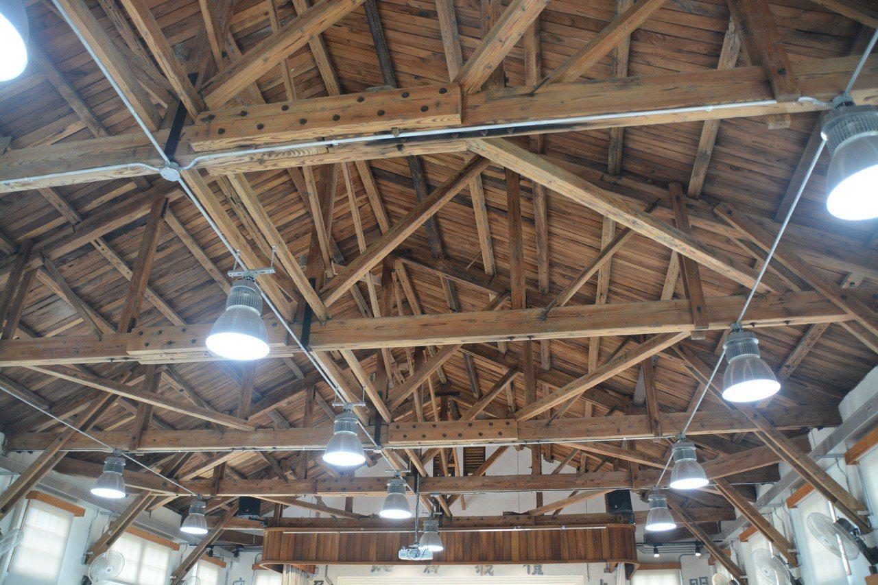 建築師重新展現禮堂木構桁架。 記者徐庭揚/攝影