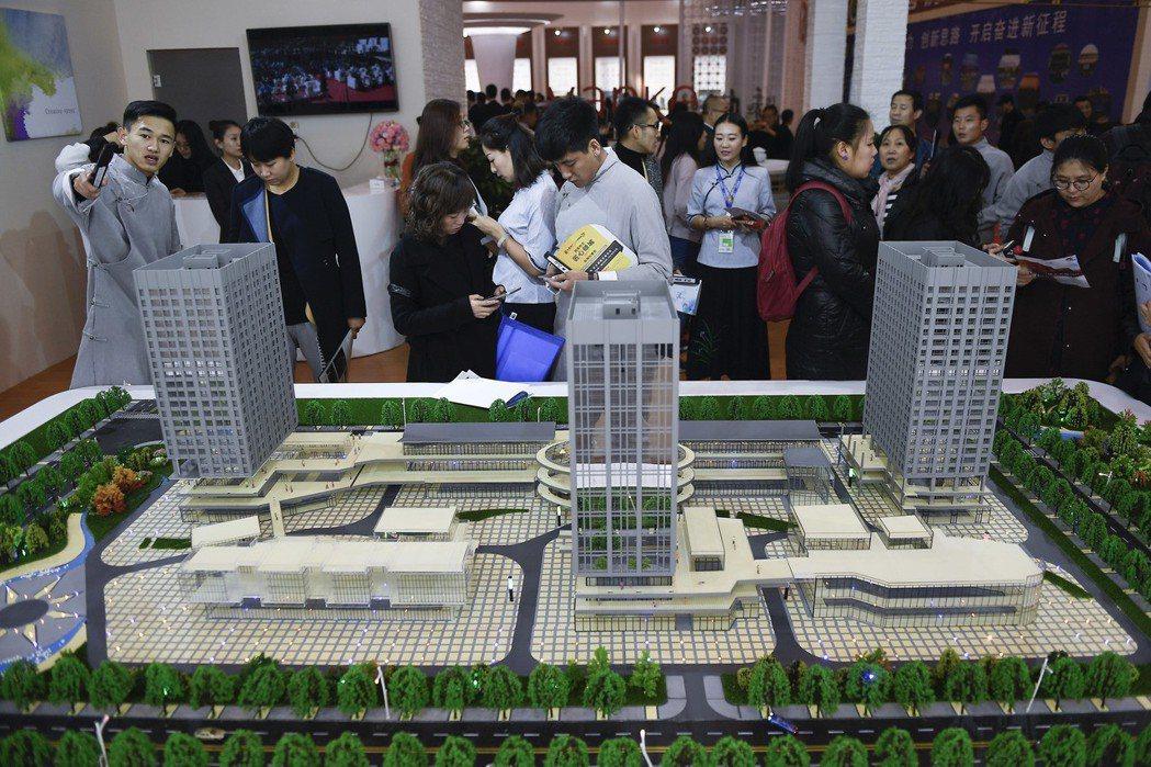 專家分析,大陸官方對房地產的調控不會放鬆。圖為山西省太原市大型房地產交易展示會。...
