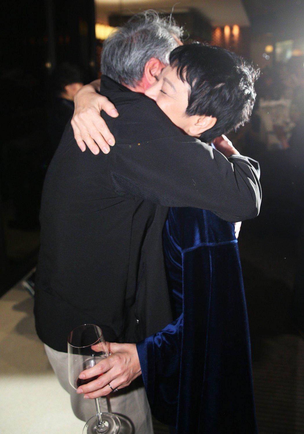 大導演李安(左)凌晨前往「相親相愛」劇組慶功宴,給導演張艾嘉(右)溫暖擁抱。記者