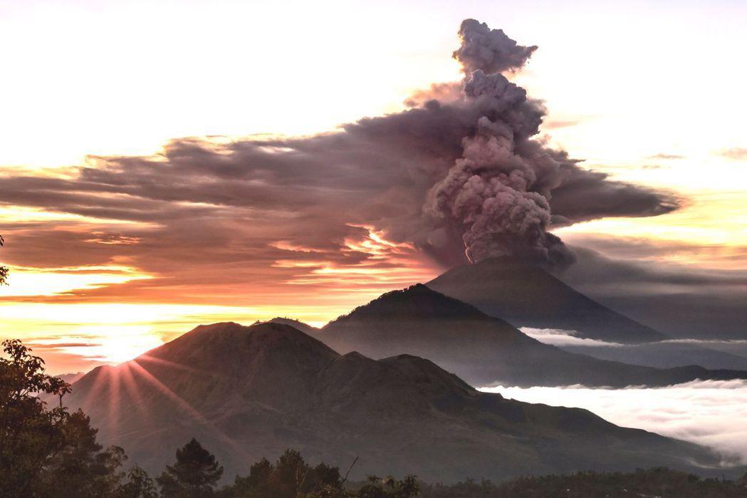 印尼峇里島阿貢火山,火山灰衝上天際。 路透