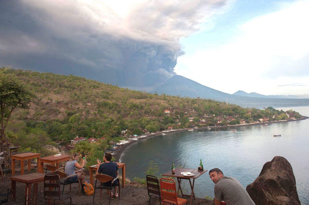 印尼峇里島火山爆發並未影響遊客興致。 路透