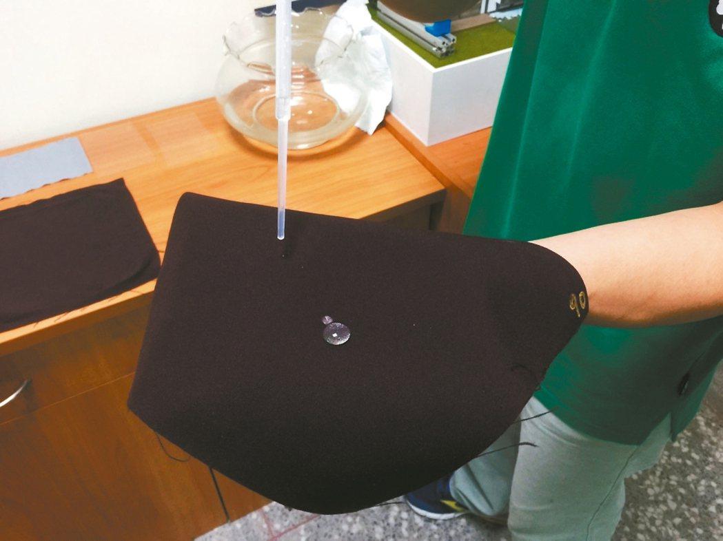 透過大氣電漿技術,能讓布料上形成水滴,具備防水功能。