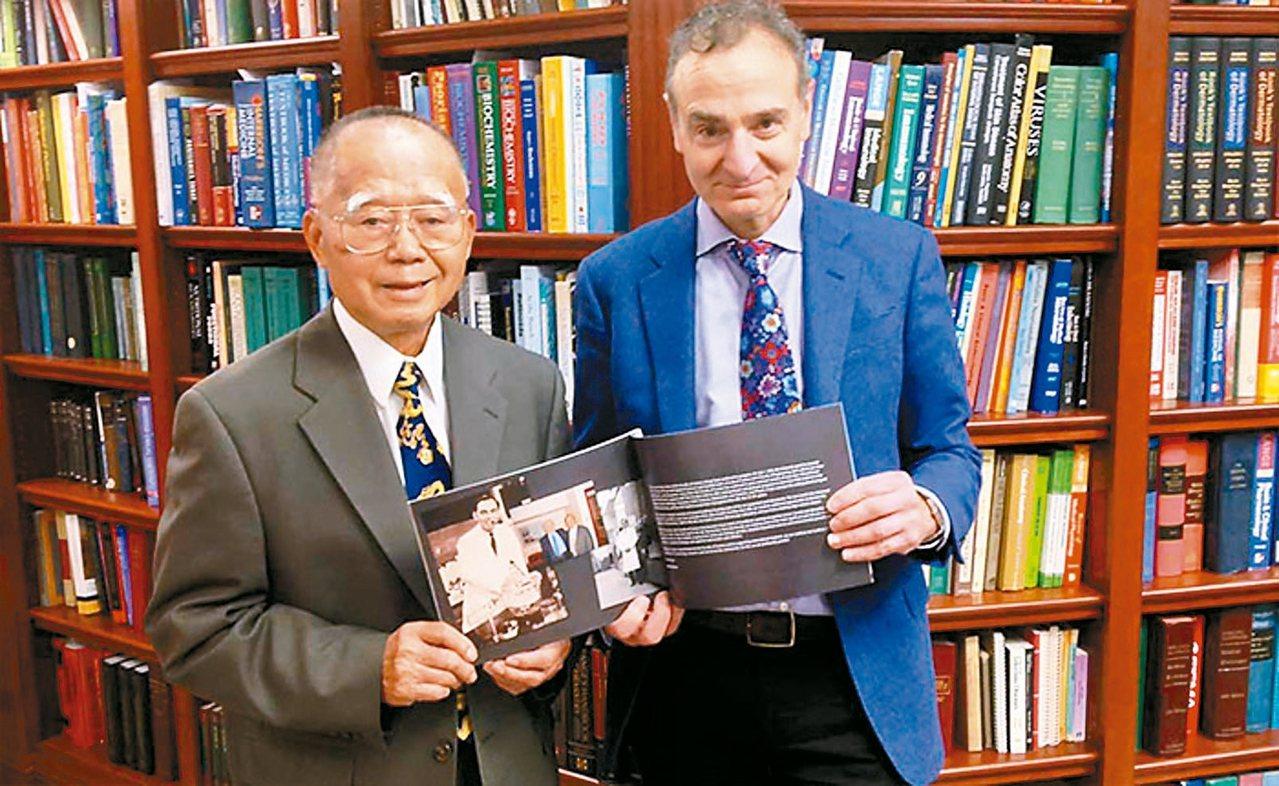 「果酸之父」余瑞錦博士(左)與渥太華大學理學院院長派瑞(右)合影。 圖/渥太華大...