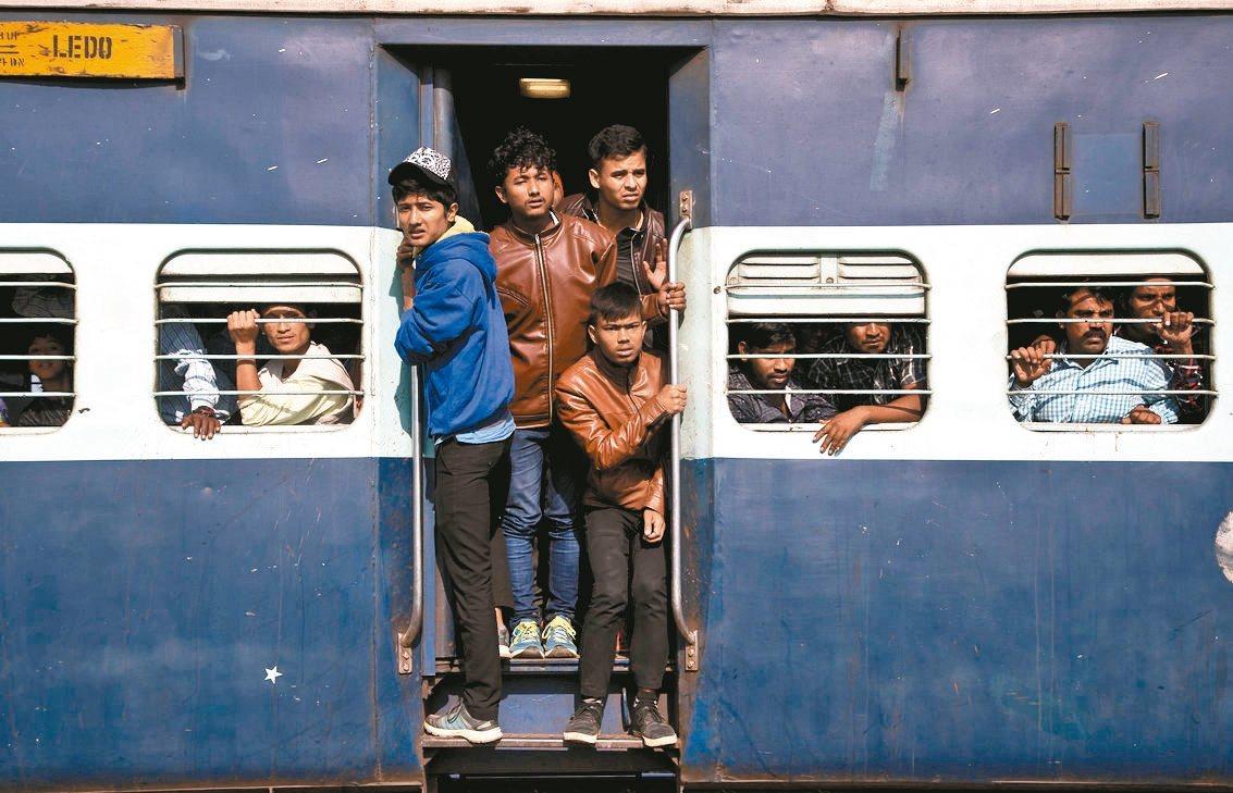印度火車以擁擠聞名。 美聯社