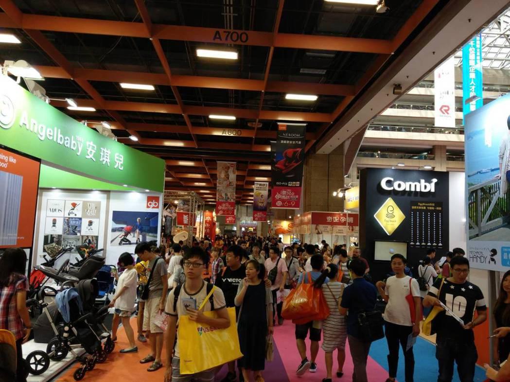 台北世貿一館展覽人潮擁擠,扒手常潛進人群偷手機或錢包。 記者李奕昕/翻攝