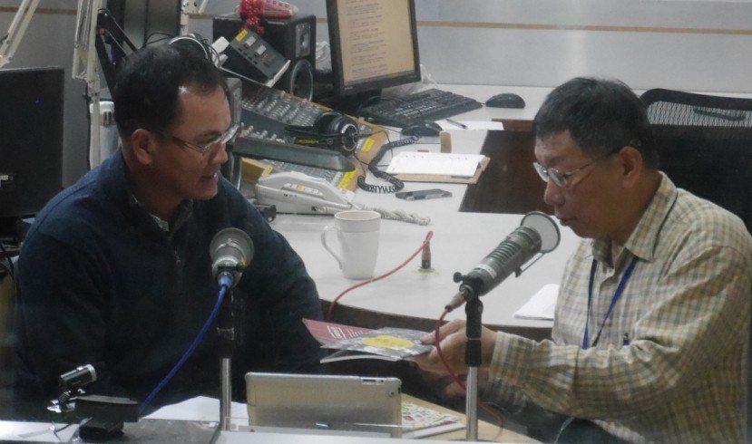 台北市長柯文哲(右)接受電台專訪談到美河市案,指前市長郝龍斌不如「好去死死」,招...