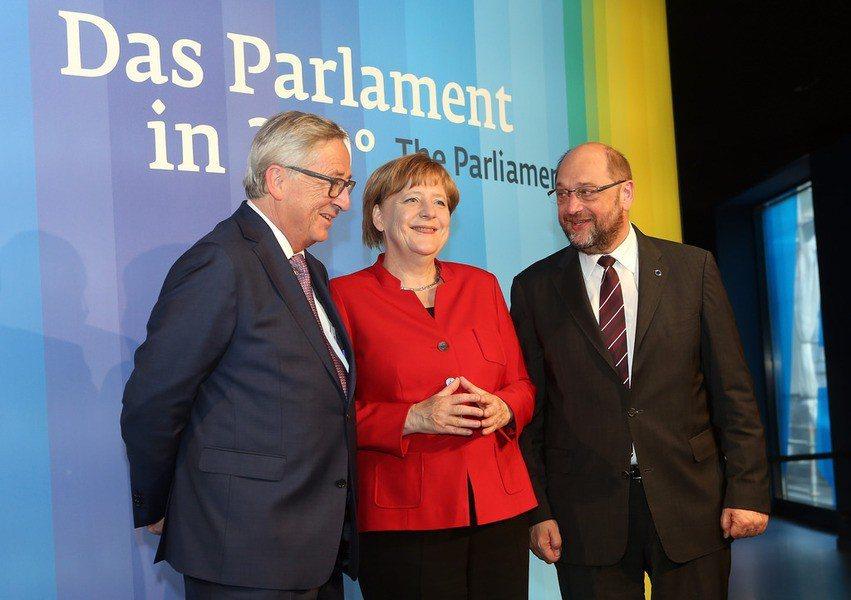 圖說:德國社民黨黨魁舒爾茨(右)在自民黨退出聯合政府談判後,宣布與梅克爾(中)展...