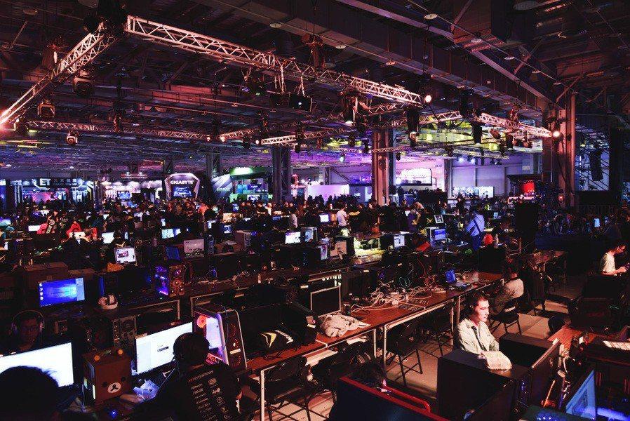 亞洲最大電競嘉年華「WirForce 2017」,幾千名玩家與實況主在會場中共襄...